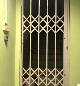 Железная дверь решетка с замком и ключами