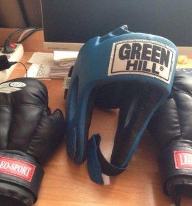 Шлем и перчатки для единоборств