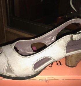 Босоножки на устойчивом наборном каблуке.