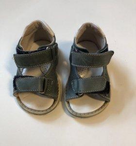 Детские босоножки на первые шаги размер 19