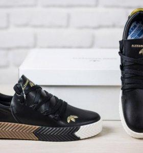 Кроссовки чёрные с разноцветной подошвой