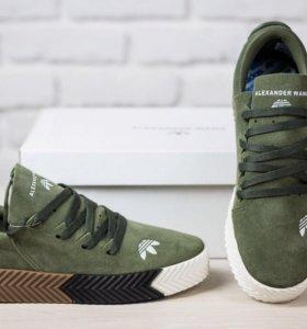 Кроссовки зеленые с разноцветной подошвой