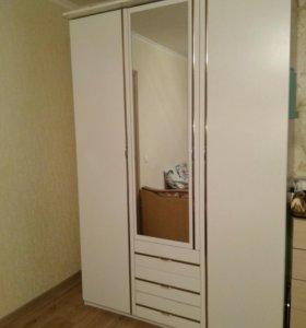 Шкаф трехдверный с зеркалом
