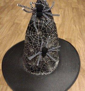 Колпак и метла ведьмы на Хэллоуин