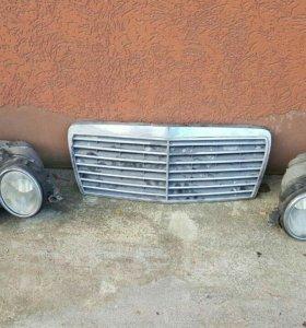 Две фары и решетка радиатора от мерседеса е класса