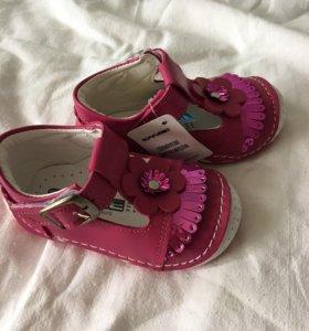 Детские сандали / туфли / ботиночки . Новые