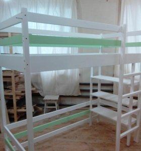 Кровать-чердак с полками