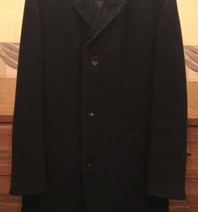 Зимнее мужское пальто на подкладке.