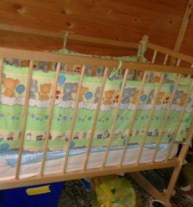Детская кроватка с матрацом и бортами