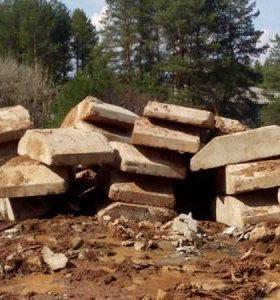 фундаментные подушки,куски бетона, под фундамент