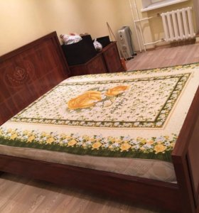 Двуспальная кровать с матрасом