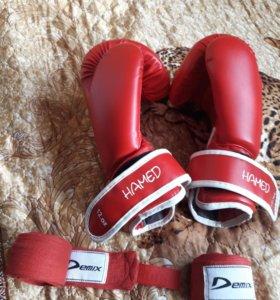 Перчатки боксерские + бинты.