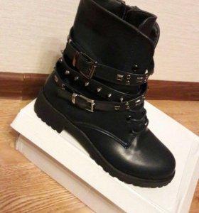 Новые ботинки на шнуровке