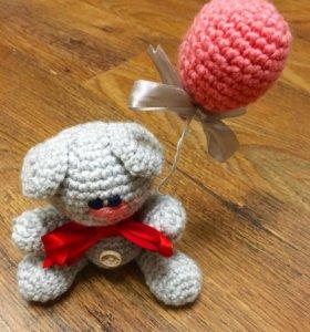 Вязаный «Мишка с шариком»