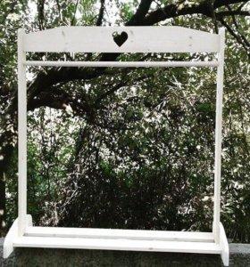 Оригинальная напольная вешалка из дерева