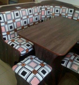 Кухонный угол, стол и 2 табурета