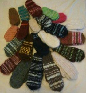 Ручная вязка: варежки, носки, пинетки, тапочки.