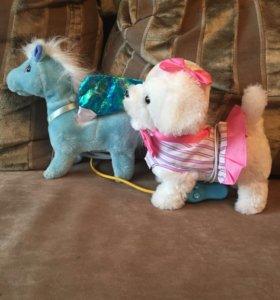 Игрушки: Лошадка и собачка на поводке.