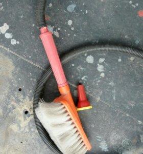 Ручной насос со щёткой для мытья автомобиля.