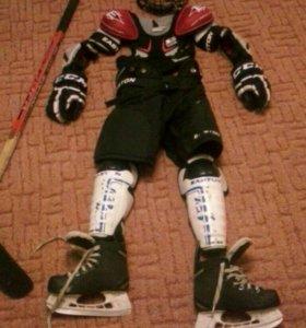 Полная хоккейная экипировка.