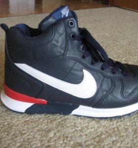 Продам новые спортивные зимние кроссовки