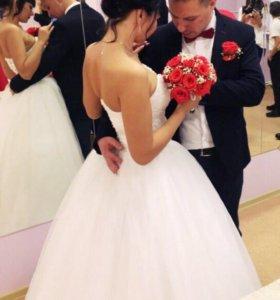 Свадебное платье) безумно красивое и пышное)