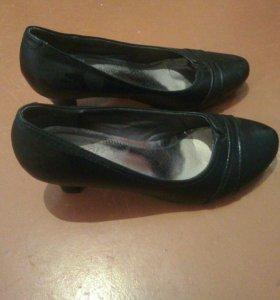 Туфли на низком каблуке.
