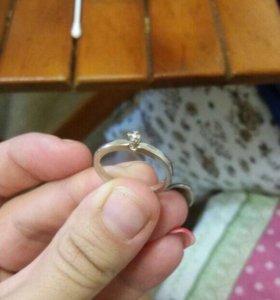 Продаю колечка из белого золото с бриллиантом