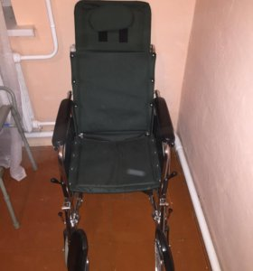 Кресло-каталка, туалет и костыли.