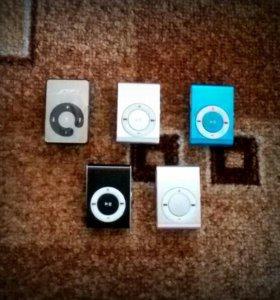 Один набор: миниплеер+наушники+USB кабель.