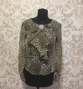Нарядная блузка с брошкой