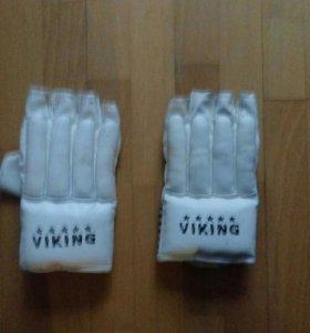 Перчатки с пальцами.