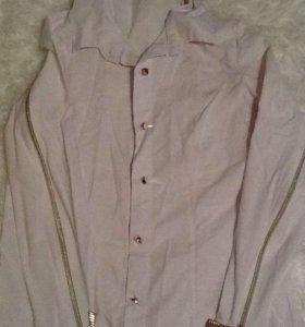 Белая рубашка на рукавах молнии