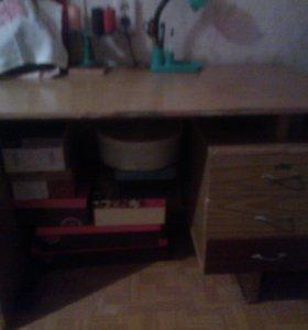 письменный стол б-у.крепкий и надёжный.