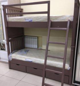 Двухъярусная кровать с матрасами.