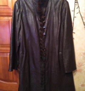 Кожаный плащ - пальто с мехом норки.
