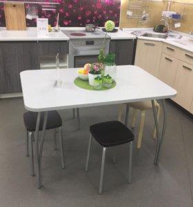 Кухонные столы и стулья.