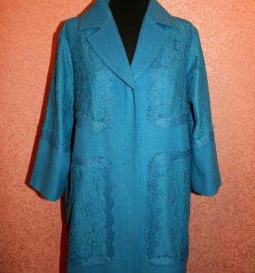 Красивое голубое пальто