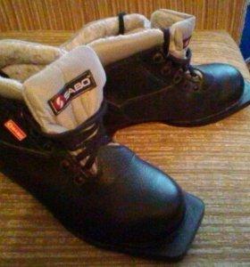 Лыжные ботинки .