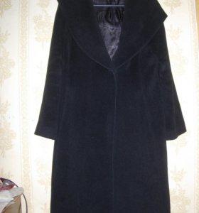Чёрное тёплое пальто.
