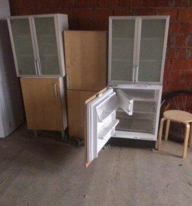 кухонные шкафы и маленький холодильник