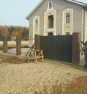 Забор с кирпичными столбами.