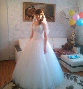 Свадебное платье, кольца, фата