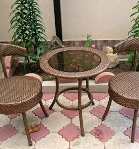 Кресла и стол плетеные из искусственного ротанга.