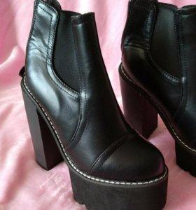 Ботинки на высоком каблуке и платформе