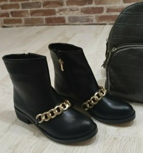 Ботинки Givenchy с золотой цепью.