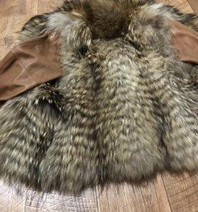 Комбинированная меховая куртка из енота с кожей.