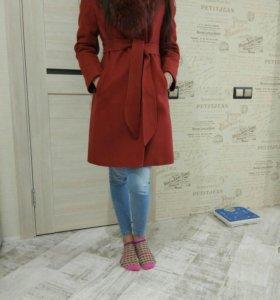 Зимнее пальто с натуральным мехом енота