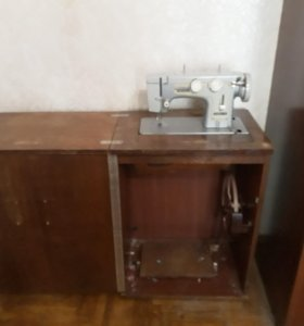 швейная машина со столом и с ножным приводом