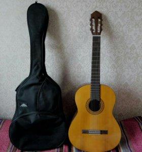 Гитара Yamaha C40 с чехлом и каподастром.